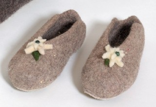 Flat slipper in light-grey.